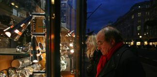 Retailers Hope To Attract Seasonal Christmas Shoppers Despite Credit Crunch