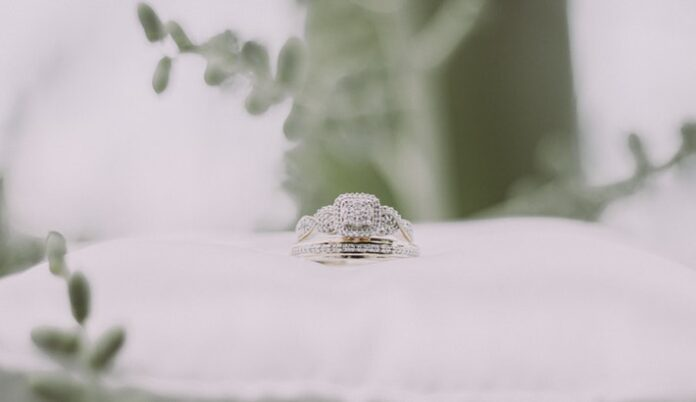 How to buy a diamond engagement ring online
